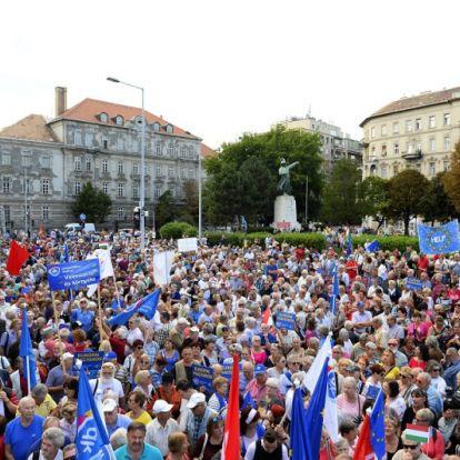 Megverjük Orbánt, az biztos, csak az a kérdés, mikor – Néhány ezren tüntettek a három ellenzéki párt rendezvényén