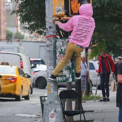 Mit csinál Jared Leto rózsaszín pulcsiban egy lámpaoszlopon?