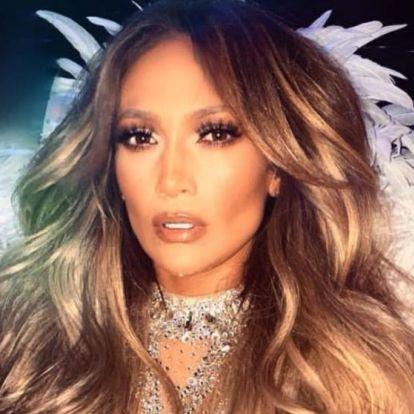 Jennifer Lopez mélyen kivágott, szexi fürdőruhában mutatta meg bomba testét