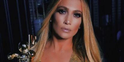 Melltartó nélkül, törölközővel a fején táncol Jennifer Lopez a koncertjei előtt