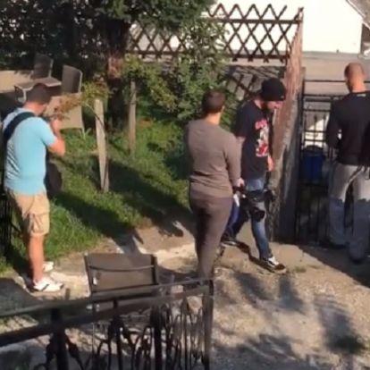 Betörtek Hadházy Ákos kertjébe a fideszes szennymédia csicskái, a politikus felesége levideózta őket