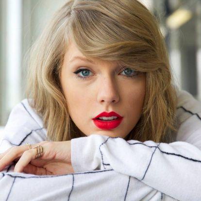 Vékony szálú a haja, de sohasem lapos: Taylor Swift jól bánik a bob fazonnal