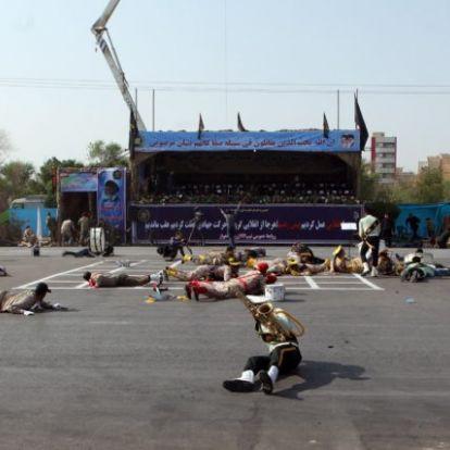 Terrortámadás történt egy iráni katonai parádén