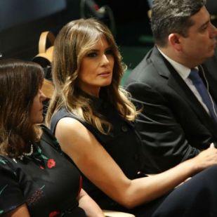 Melania Trump a ruhájával üzent