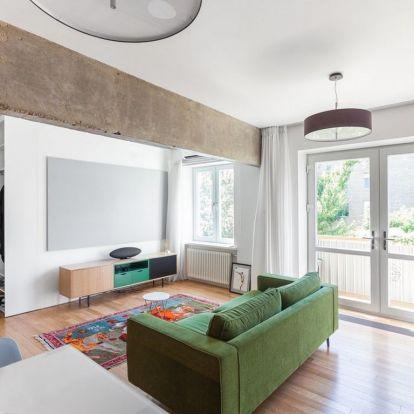Modern térszervezés 47m2-en - monokróm, egyszínű enteriőr színes bútorokkal és világos elemekkel, stúdió lakás