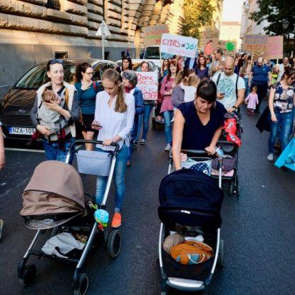 Több száz ember vonult utcára szombaton a szülő nők jogaiért