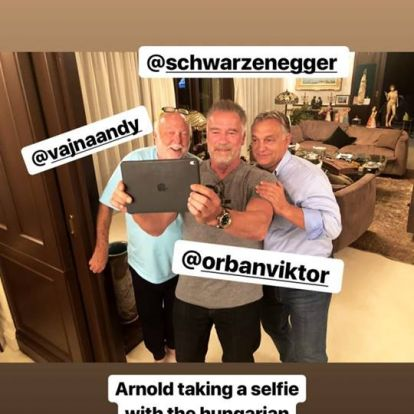 Orbán Viktorral és Andy Vajnával szelfizett Schwarzenegger