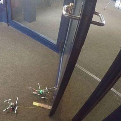 Apró drónok kinyitják az ajtót