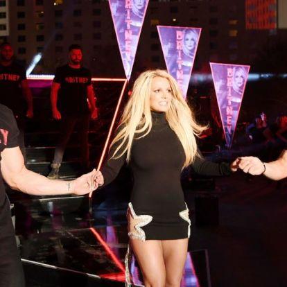 Britney Spears félmeztelen pasik közt twerkelt