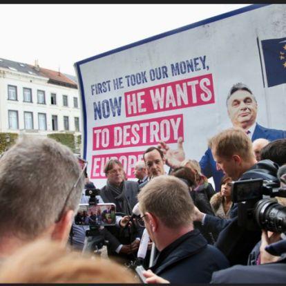 Orbán-ellenes plakátkampány indult Brüsszelben