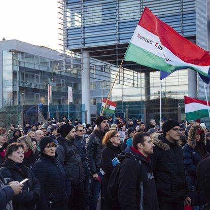 Ma sem Orbán bukott meg, hanem az ellenzék – Hadházyék lebőgtek a közmédia előtti tüntetésen (PS-galéria)