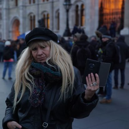 Kétszázan tüntetnek stoner hiphopra a Parlament előtt
