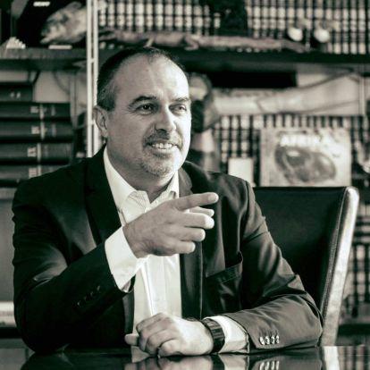 A leghivalkodóbb magyar üzletember, aki hülyére veszi az államot, de mindig magasabbra jut