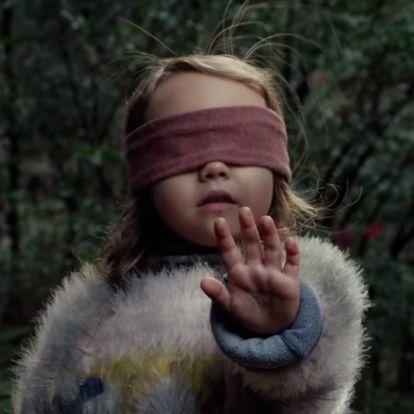Egy horrorfilm inspirálta veszélyes kihívás terjed: bekötött szemmel csinálnak őrültségeket az emberek