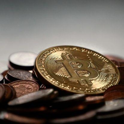 Karénekkel, csúsztatós reklámmal és tortákkal ünnepelték a bitcoint