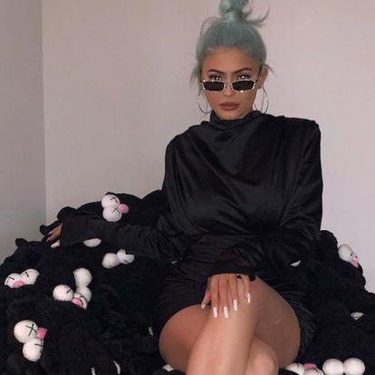 Kylie Jenner már Louis Vuitton-táskával szórakoztatja 11 hónapos gyerekét