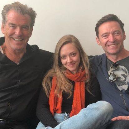 Egy reptéren csak úgy egymásba botlott Amanda Seyfried, Pierce Brosnan és a lajhárpólós Hugh Jackman
