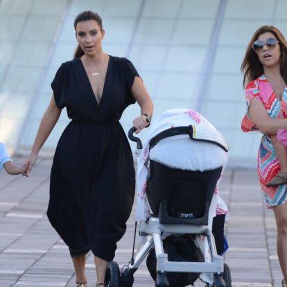 Kim Kardashian gyereke szülinapjára megkapta anyja autójának gyerek verzióját