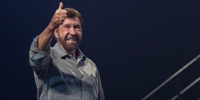 Még mindig lehet licitálni Chuck Norris cowboykalapjára