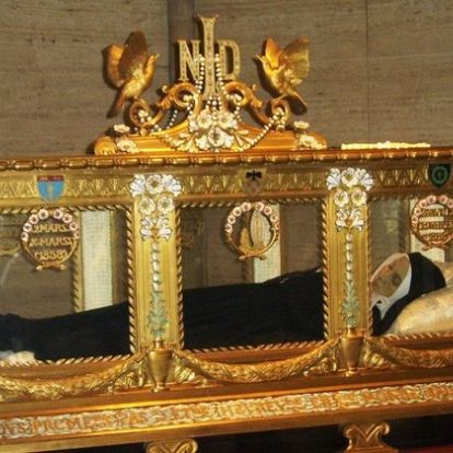 Összesen tizennyolcszor jelent meg Szűz Mária a romolhatatlan Szent Bernadett előtt