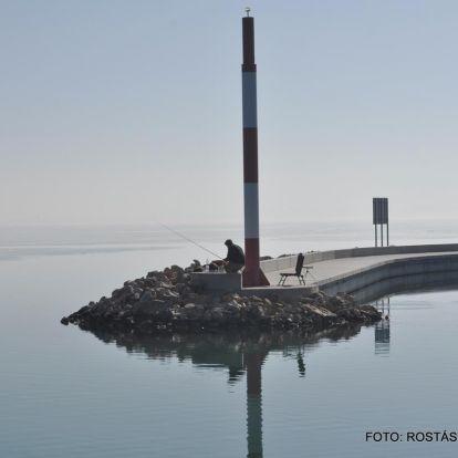 Párába bújó túlpart, tükörsima víztükör, napfény, békesség - megnyugtató hely a Balaton ilyenkor