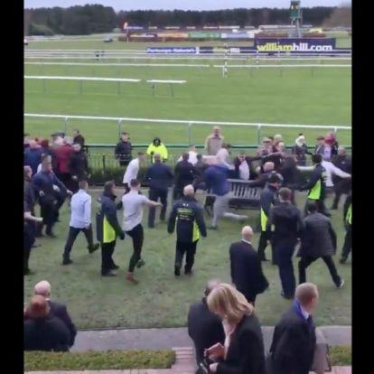 Tömegverekedés a lóversenyen, volt, akit a földön fekve is rugdostak