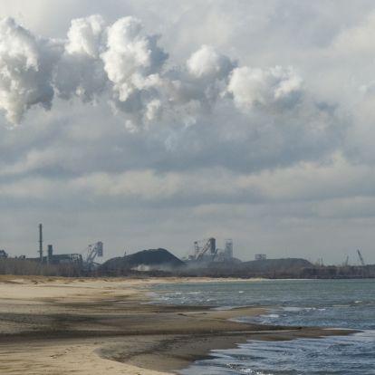 Védett homokdűnék az acelművek árnyékában