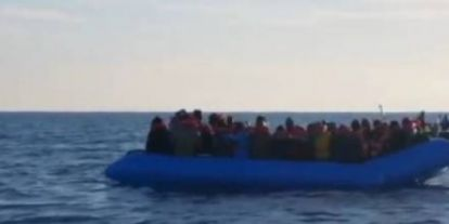 Líbiából menekülő hajótöröttek mentése vagy ultrabalosok NGO-s embercsempész akciója