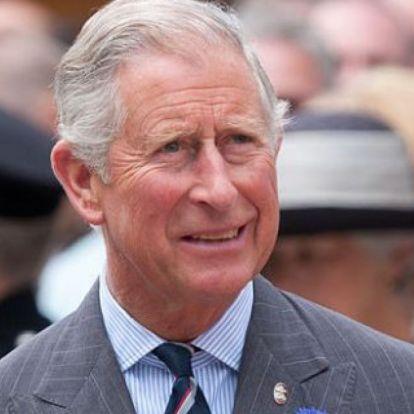 Ritka pillanat: Károly herceg megvillantotta felsőtestét a strandon
