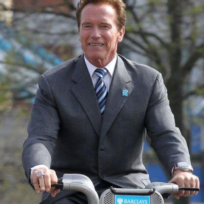 Schwarzenegger country-zenére kerget bicóval egy pónilovat