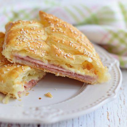Forró reggeli szendvics, leveles tésztából