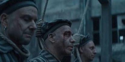 Felháborodást keltett a Rammstein a náci koncentrációs táborokat idéző videójával