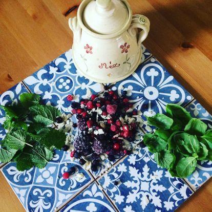 Erdei gyümölcsös pesto bazsalikommal és citromfűvel