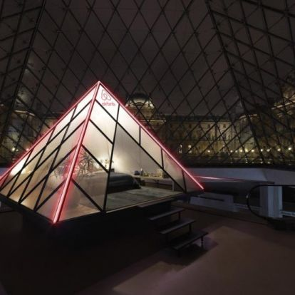 Aludj a Louvre üvegpiramisa alatt!