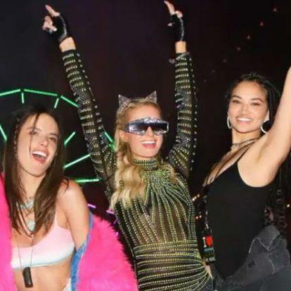 Paris Hilton úgy éli a Coachellát, mintha még mindig 2006 lenne