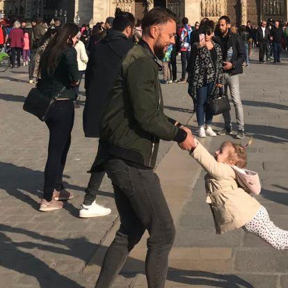 Megtalálták az apát, aki egy órával a tűz előtt a Notre-Dame-nál pörgette a kislányát