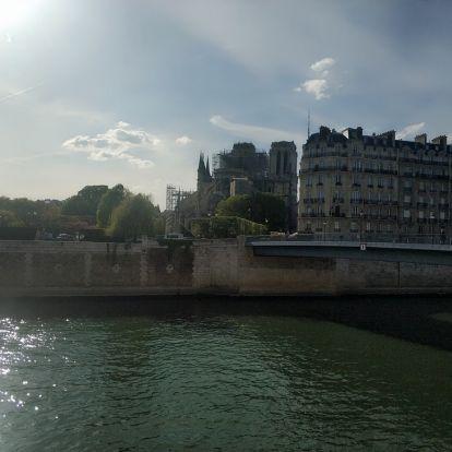 """""""Az idő az építész, a nép a kőműves"""" – Jelentés Párizsból, néhány nappal a Notre Dame-i tűz után"""