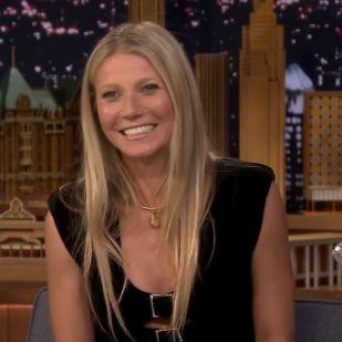 Hoppá: együtt bulizott Gwyneth Paltrow és ex-férje új párja, Dakota Johnson