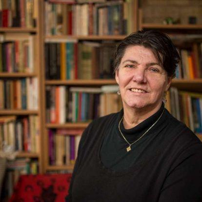 Megülni a mindenhová elvivő lovat –Interjú Falcsik Mari költővel