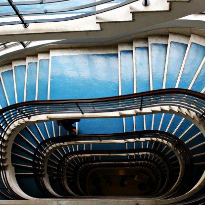Ámulatba ejtők a Dunapark-épület lépcsőházai