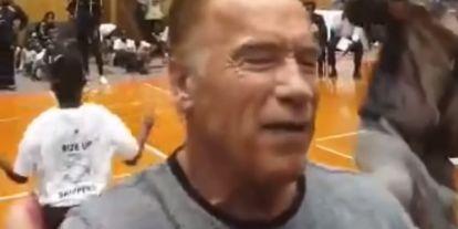 Páros lábbal szálltak bele Schwarzenegger hátába egy versenyen