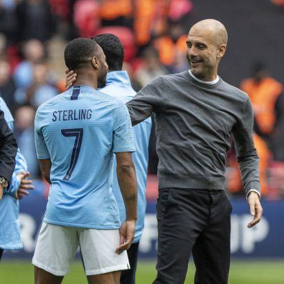 Guardiola a 6–0 után, ünneplés közben is a taktikát magyarázta egyik legfontosabb játékosának