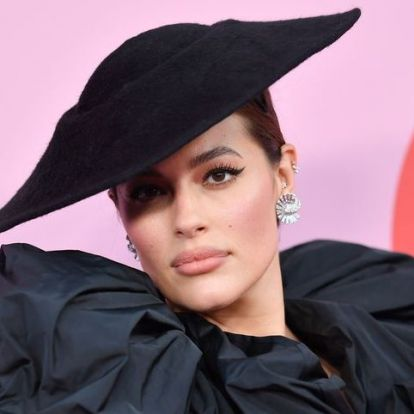 Palvin Barbi új hatalmas frufruval jelent meg a CFDA divat díjátadón   Elle magazin