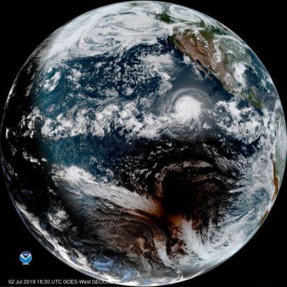 Napfogyatkozás és hurrikán egyetlen fantasztikus űrfotón
