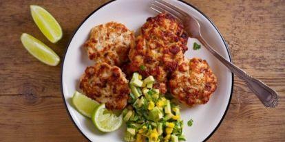 Csirkés fasírt egészségesen, avokádós kukoricasalátával