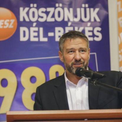 Különösen nagy értékre elkövetett költségvetési csalás gyanúsítottjával pózolt egyet Orbán Viktor