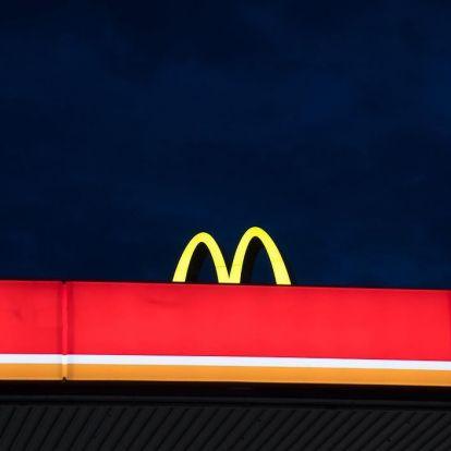 Észrevetted, hogyan leselkednek a városra a McDonald's-logók?