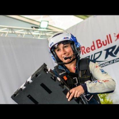 Melanie Astles egy szem Red Bull pilótanő repülése a Balaton felett
