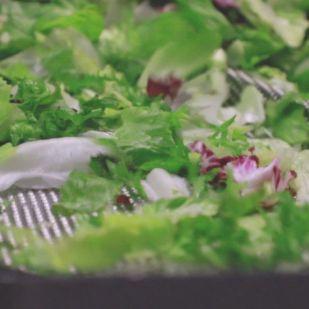 Megnéztük, mi kerül a zacskós salátába
