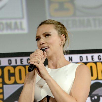 Scarlett Johansson megvillantotta óriási eljegyzési gyűrűjét | Marie Claire